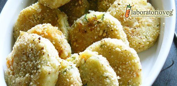 Lista della spesa (per circa 15 crocchette): 3 patate medie, 2 carote, 2 zucchine, 1 cipolla piccola, prezzemolo, curry, 2 cucchiai di salsa di soia, 1 cucchiaio di lievito alimentare in scaglie, olio evo, sale e pepe, farina e riso soffiato q.b., olio di semi di arachidi per friggere. Fare bollire le patate, senza sbucciarle,…