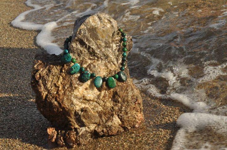 Υπέροχο κολιέ με 27 πέτρες χρυσόκολλα 10mm λείο και 8 πέτρες οβάλ χρυσόκολλα στη μέση. Το κούμπωμα είναι φτιαγμένο από ασήμι. Δικό σας στο: goo.gl/UoQryR