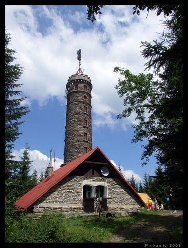 ROZHEDNA ZLATÝ CHLUM Dvacet šest metrů vysokou kamenou rozhlednu na vrcholku Zlatého chlumu navrhnul ředitel Kamenické školy Eduard Zelenka. Myšlenka na její zřízení vznikla v roce 1894 v Jesenické sekci Moravskoslezského sudetského horského spolku. Její stavbu provedl v rekordním čase tří měsíců stavitel Alois Nietsche, slavnostní otevření proběhlo 3. září 1899. O tři roky později vyrostla vedle rozhledny horská chata zvaná Medritzerova.