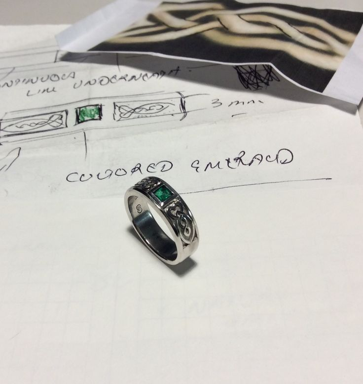Personalised emerald ring featuring a historic family pattern