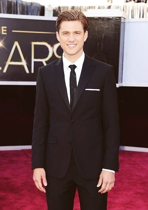 aaron Tveit totally should have played Marius in Les Mis instead of Eddie Redmayne. IN LOVEEEEE <3