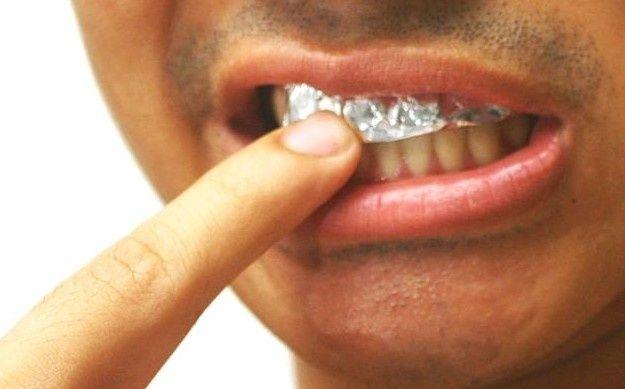 Dişlerinizi alüminyum folyo ile kaplayın.. 1 saat içerisinde mucizeyi görün!