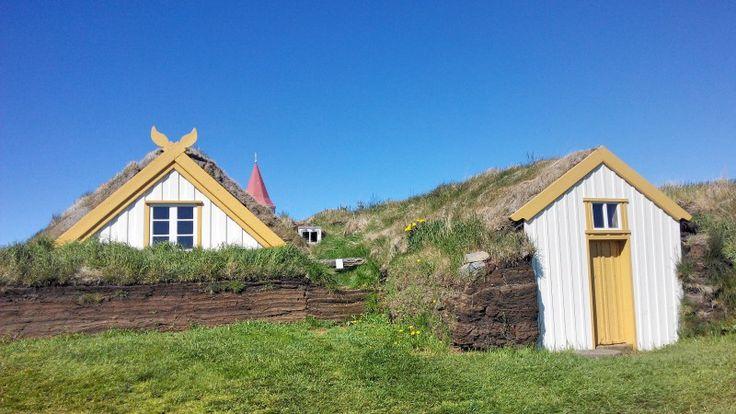 Museu Regional do Folclore em Glaumbær, na comunidade de Skagafjörður, no norte da Islândia. O museu que foi estabelecido 29 de maio de 1948, onde havia uma fazenda com edificações de telhado relvado em Glaumbær e abriu uma exposição em 15 de junho de 1952.