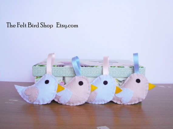 Uccellini di feltro. Uccellini azzurri e rosa. di TheFeltBirdShop