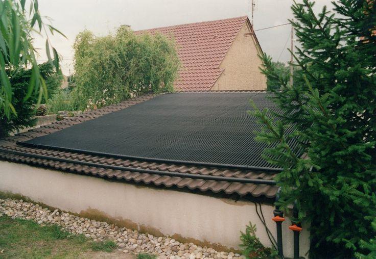 Die fertige Poolheizung liegt auf dem Dach