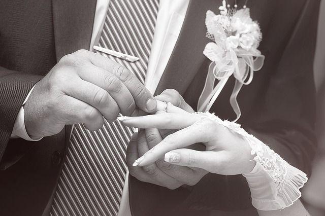 Odnowienie przysięgi ślubnej – gdzie, jak i za ile? #slub #PrzysiegaMalzenska Małżeństwa mogą zdecydować się na odnowieniem przysięgi ślubnej. Na czym to polega? Przede wszystkim jest to zapewnienie o swojej miłości i chęci spędzenia reszty życia razem. Najczęściej taka uroczystość odbywa się podczas rocznicy ślubu. Zapraszani są goście, wśród których znajduje się najbliższa rodzina oraz przyjaciele. Odnowienie przysięgi ślubnej nie niesie dla małżonków