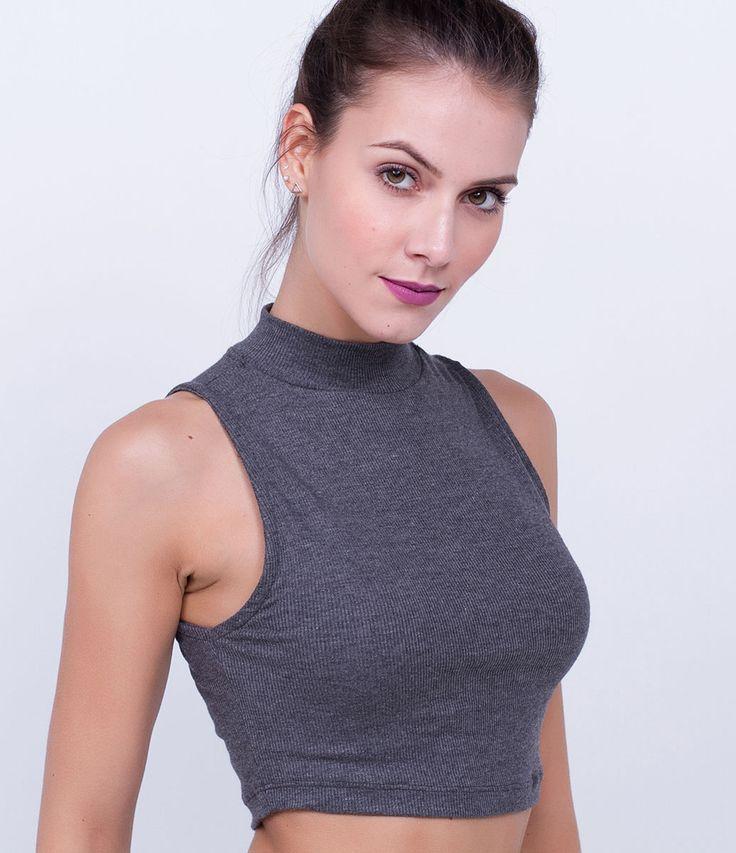 Blusa feminina      Modelo cropped      Sem manga      Gola alta      Marca: Blue Steel      Tecido: ribana      Modelo veste tamanho: P               COLEÇÃO INVERNO 2016         Veja outras opções de    blusas femininas.
