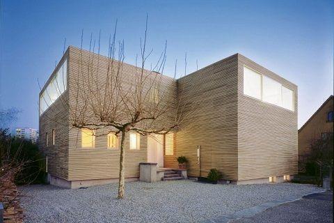 Der Holzbau steht für Hightech und Nachhaltigkeit. Die Bauindustrie und Architekturszene entdecken den Baustoff Holz neu. Der technische Fortschritt macht auch grössere Bauvolumen und höhere Gebäude aus dem natürlichen Schweizer Rohstoff möglich.