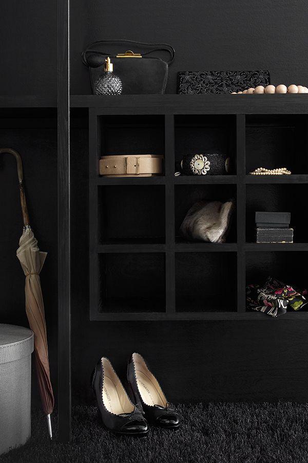 Musta nayttää upealta myös pukeutumishuoneessa - vau! #black #mustatuntuu #musta #tikkurila #wallpaint #walkincloset #vaatehuone #sisustus