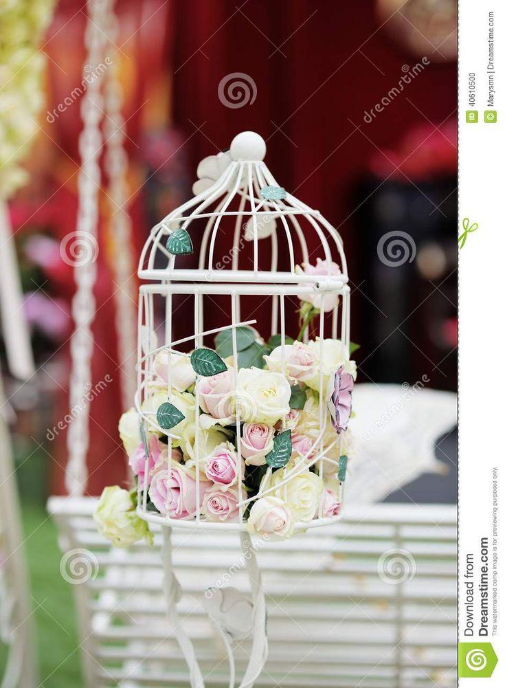 jaula blanca con las rosas naturales como decoracin foto de