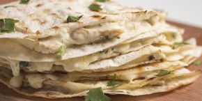 Простое блюдо на завтрак: курица в лаваше с соусом альфредо. Эти простые лепёшки из лаваша напоминают кесадилью, но вместо тортильи используется более распространённый лаваш, а в качестве начинки — куриное филе в сытном соусе альфредо. Отличное блюдо для завтрака: выложили начинку, завернули, обжарили и готово.