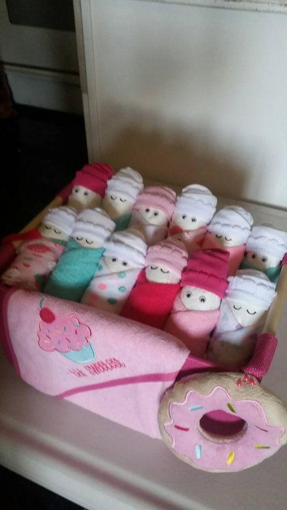 Este es un lindo regalo para un baby shower de niñas, incluye de regalo:  12 pañales 12 paños de lavado 1 manta 1 cesta 1 toalla.  Artículo especial reducir a $35,00 $60,00  Ya hecho listo para enviar al siguiente día