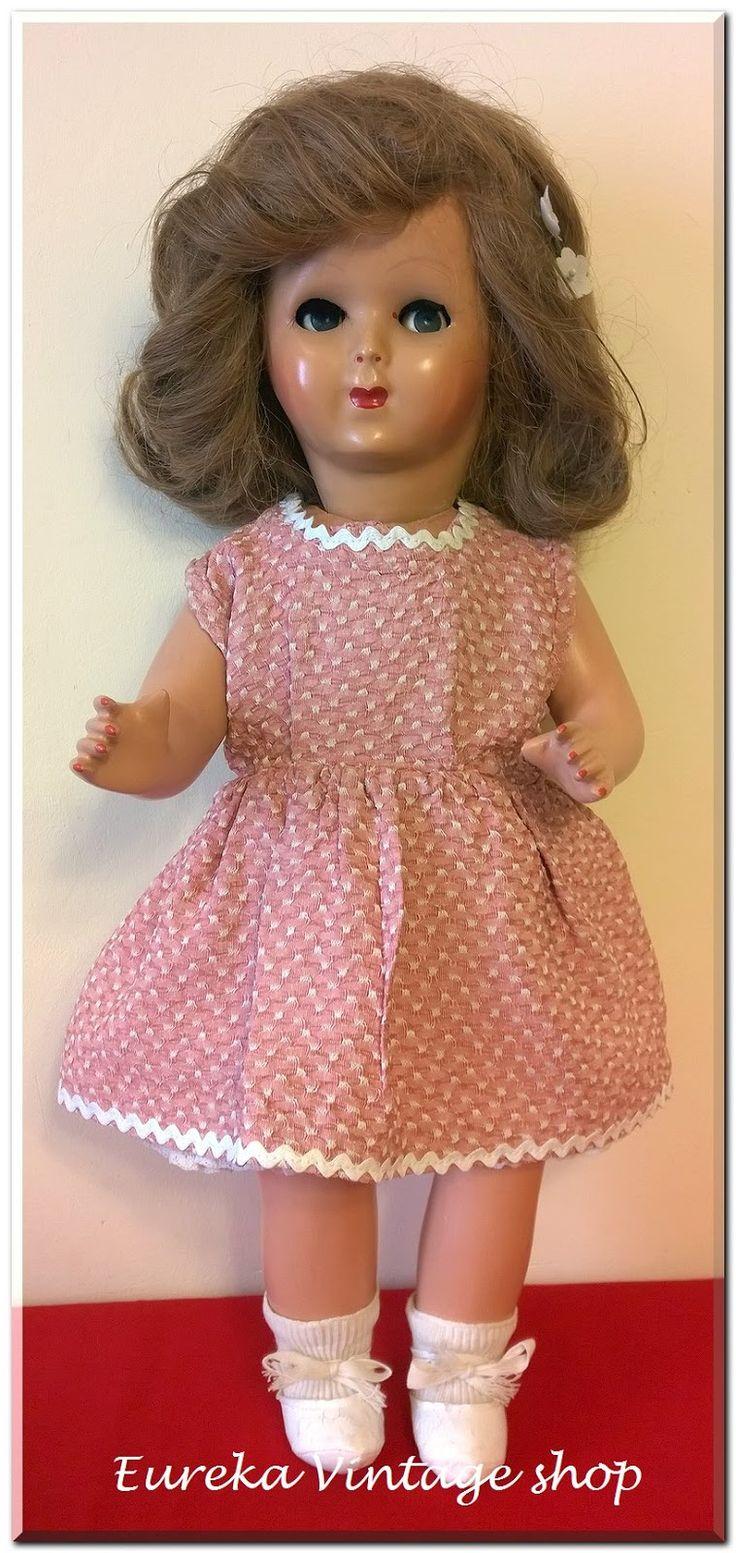 Ελληνική κούκλα από την δεκαετία 1950's. Η κούκλα είναι φτιαγμένη από παπιέ μασέ, πολύ καλής κατασκευής. Για τον κατασκευαστή υποθέτουμε ότι πρέπει να είναι ο ΚΟΡΑΣΙΔΗΣ ή ο ΡΩΜΑΙΟΠΟΥΛΟΣ. Τα παπούτσια όμως που φοράει τα έχουμε ξαναδεί σε παλιά κούκλα του ΚΟΡΑΣΙΔΗ, οπότε πιστεύουμε ότι είναι δική του κατασκευή. Όποιος και να την έχει κατασκευάσει η κούκλα είναι πάρα πολύ όμορφη από τις πιο όμορφες που έχουμε δει σε αυτό τον τύπο, και για την ηλικία της βρίσκετε σε άριστη κατάσταση. Όλα τα μέρη…