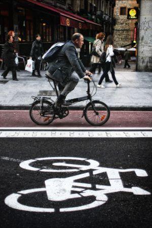 """Sobre dos ruedas, con cabeza Los ciclistas, el PSOE y una veintena de Ayuntamientos critican la obligación de llevar casco en ciudad.Tráfico arguye razones de salud para seguir adelante      A favor del ciclista, por MARÍA COLÁS     """"Más vidas salvaría una buena red de carriles bici"""""""