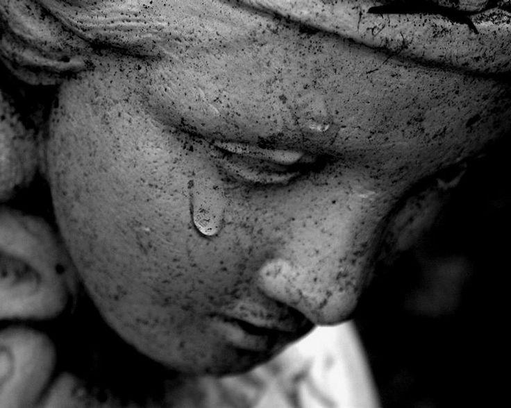 """""""Az igazi fájdalom néma; a könny és a kiáltás már a megkönnyebbülés."""" - Márai Sándor"""