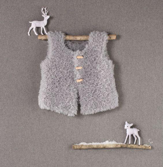 Un petit gilet tendance péruvien tricoté en Phil Nounourscoloris Gris au point jersey.Modèle n°04 du Mini-catalogue N°587 : Femme, Enfant et Layette, Automne/Hiver 2014