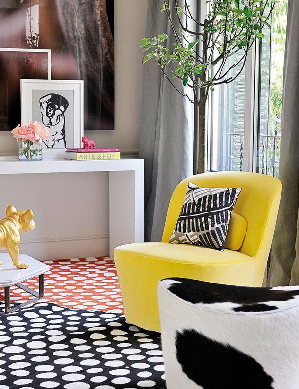 Asientos cool - Sillón giratorio con tela amarilla Sandbacka y puf con piel de vaca, ambos de la col. Stockholm, de Ikea.