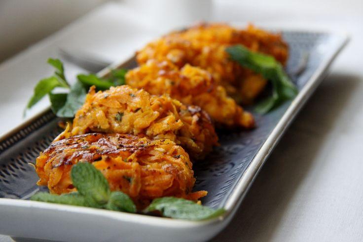 Recept voor erg smaakvolle röstikoekjes met zoete aardappel, feta en munt.