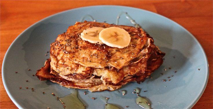 Vegetarisch ontbijt. Pannenkoeken van 2 eieren en 1 banaan. Met chiazaad en honing.