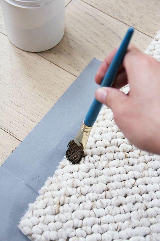 si vous avez envie d'un Grand tapis pas cher...achetez un bout de Moquette et vernir les bords et voila!