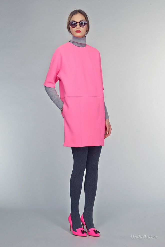 Мода и стиль: Водолазка: актуальные модели осени и зимы 2015, советы по стилю В осенней коллекции Banana Republic дизайнеры интересно обыграли водолазку, надев поверх модели серого цвета розовое платье с рукавом 3/4  и дополнив образ серыми плотными колготками и ярко-розовыми лодочками. Другой вариант от этого бренда – водолазка, которая скромно выглядывает из-под красного платья и выполняет согревающую функцию.