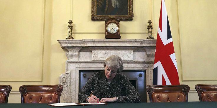 """""""Theresa May é produto do desfecho do referendo. A jogada política de David Cameron fez com que tivesse de abdicar do seu lugar em favor à nova Primeira-Ministra britânica. Por esse motivo, a sua estratégia de atuação política deve concentrar-se em redor da decisão mais importante e sensível de política externa e interna do país."""""""