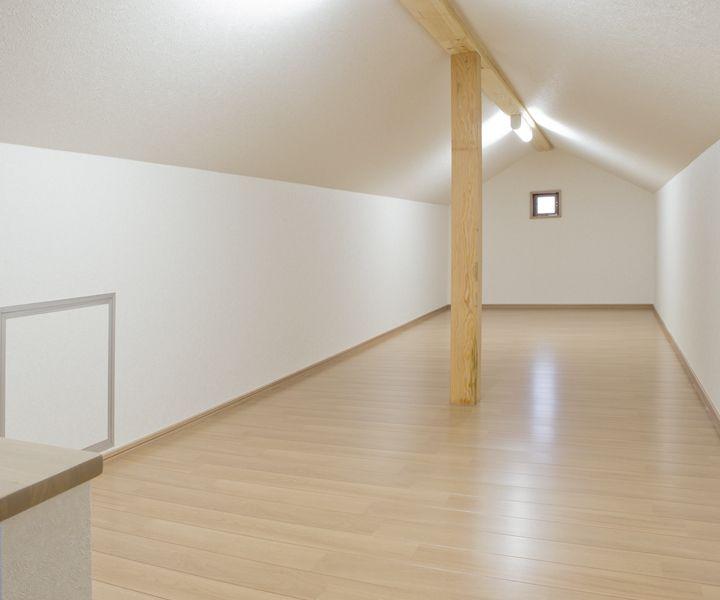 固定階段で昇降できる便利なロフト収納。 天井高さ1 4メートルまでは床面積から除外されます。 階段・ホール