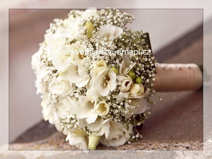 kulatá svatební kytice z freézií, gypsophil a eustom