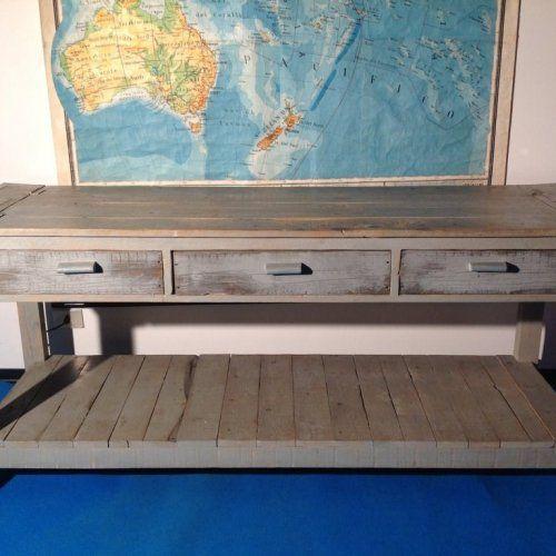 """Tavolo """"Consolle 21"""": Ispirato ai vecchi tavoli da lavoro, è stato pensato e creato esaltando i difetti e le imperfezioni del legno, recuperando vecchie assi."""
