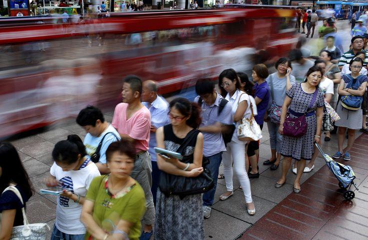 Orang-orang mengantre untuk membeli kue bulan, sajian tradisional China yang merupakan bagian dari Festival Pertengahan Musim Gugur yang akan datang di Shanghai.