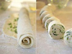 Ki gondolná, hogy egy köteg újhagymából és egy kelesztés nélküli tésztából ilyen finomság készíthető. Az újhagymás finomság salátával is fogyasztható, vagy akár reggelinek is megfelel, akár majonézt is kínálhatunk mellé. Újhagyma helyett készíthetjük más töltelékkel is, például sonkával.Mit főzzek holnap? Recept ötletek tőletek »»» Hozzávalók 12 darabhoz: 350 g liszt,[...]
