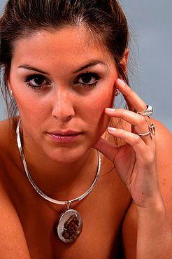La diseñadora crea alianzas, anillos, collares, pulseras, caravanas, con piedras uruguayas. Joyas exclusivas: