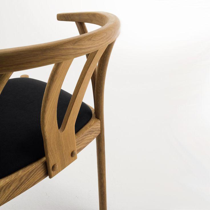 Zidam. Disponibili in legno massiccio di rovere oppure faggio con finitura oliata. Le sedie vengono trattate con olio di lino, un prodotto di origine completamente naturale, atossico, biologico e rispettoso dell'ambiente. La seduta imbottita è disponibile con rivestimento in ecopelle colorata antigraffio, anti-sale, idrorepellente e ignifuga; oppure con rivestimento in tessuto antimacchia, resistente e facile da pulire. Certificata FSC.