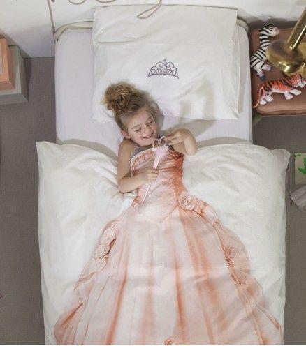 Enfin une housse de couette qui montre au monde ce que vous êtes vraiment : une belle princesse. Allez-y et somnoler, rêvez de votre prince charmant sur un cheval blanc.