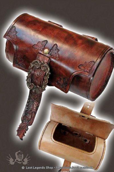Große Gürteltasche aus Leder in Zylinderform mit Schnalle, aufwendig handgefärbt und mit Punzierungen verziert.  Maße: Breite: ca. 20,5 cm Dicke: ca. 11 cm Für Gürtel bis 3,2 cm Breite