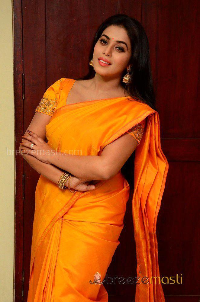 Shamna Kassim in yellow saree photo