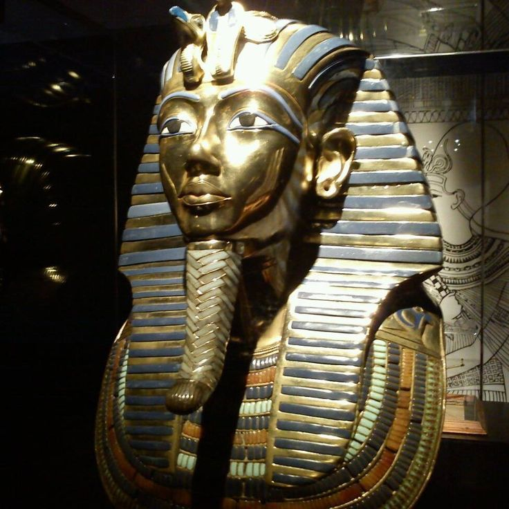 Egypt has been who throughout history has been characterized by the use of lapis lazuli: as a sign of splendor, one that transcends thousands of years and continues to amaze us so far: Mortuary Mask of Tutankhamun. Beautiful example of art, devotion, religion and power.