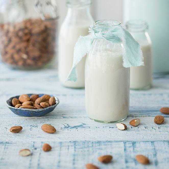 Wo es die beste Mandelmilch gibt? Zu Hause! Warum die nussige Milch so gesund ist und wie du sie ganz einfach selber machen kannst. Das Grundrezept.