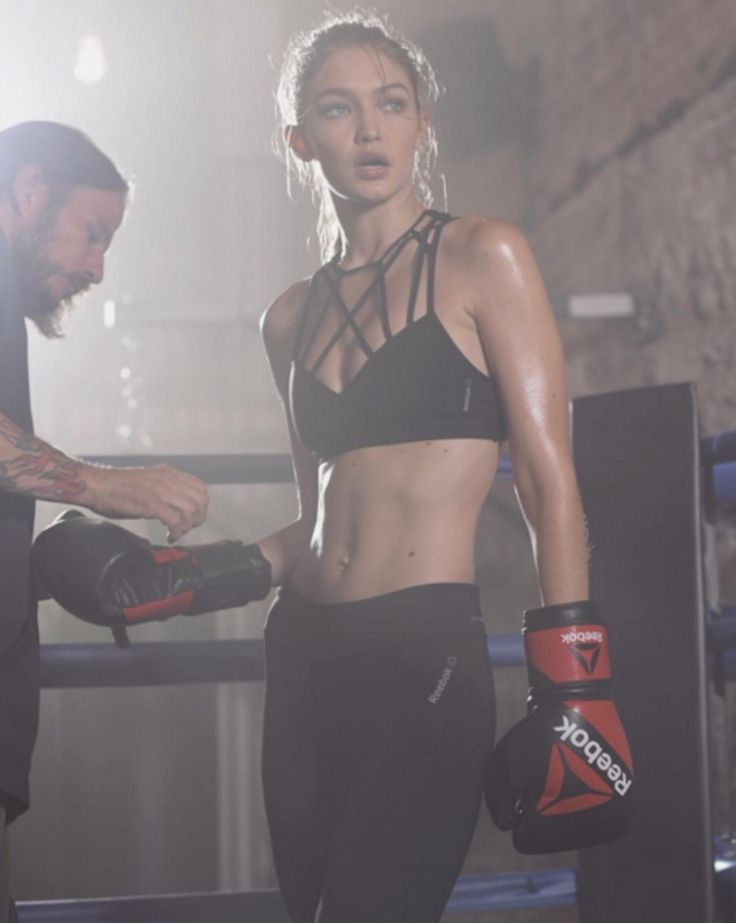 Gigi Hadid toont boksmoves en killer abs in