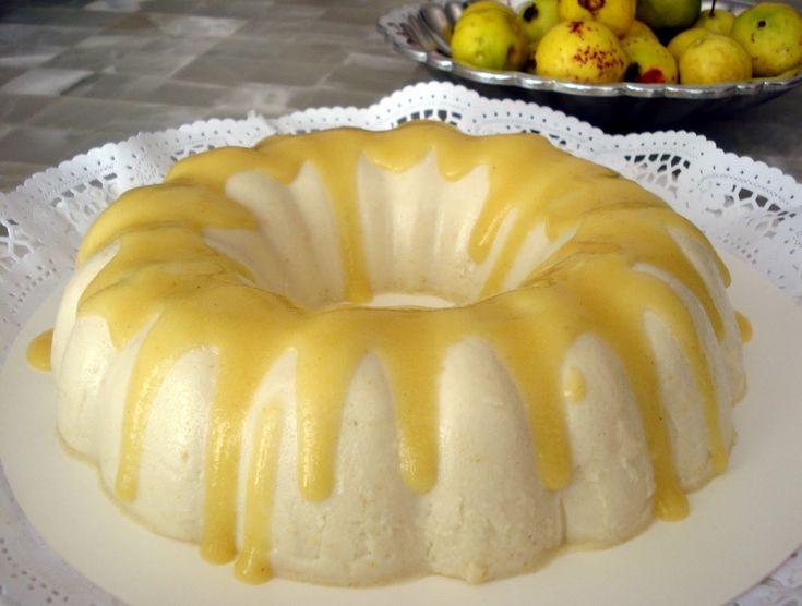 Rica gelatina de guayaba con leche condensada y leche.