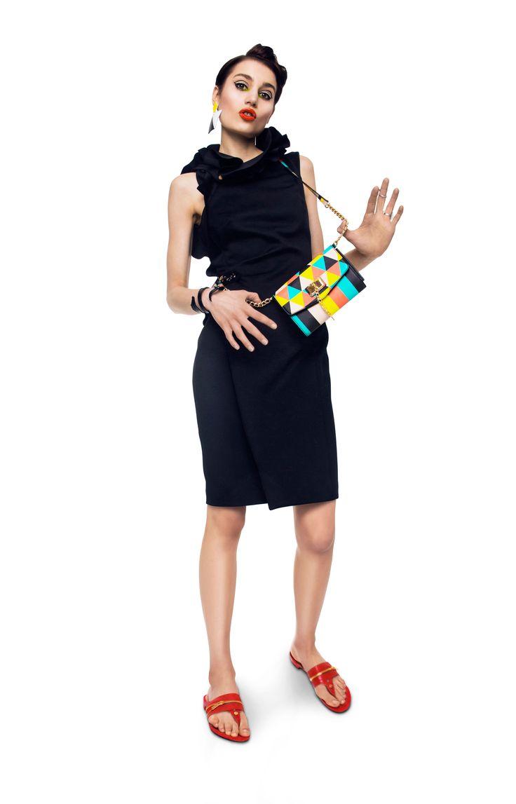 Sukienka: Cavalli Class | Fashioncode.pl Kolczyk i bransoleta krokodyl: La Loba Pierścionki: Lewanowicz Torebka: Aldo Klapki: GR Ferre | Fashioncode.pl