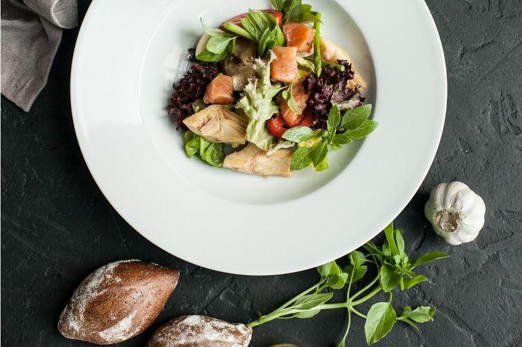 Салат с копченым лососем и артишоками