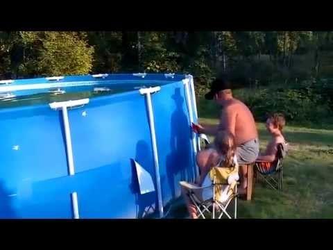 思わず吹いた!プールの水抜き作業が想像以上だった   BUZZmag