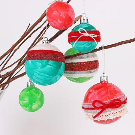 Christmas ball ornaments decorated with gouache and yarn / Boules de Noël décorées de gouache et de laine | DeSerres