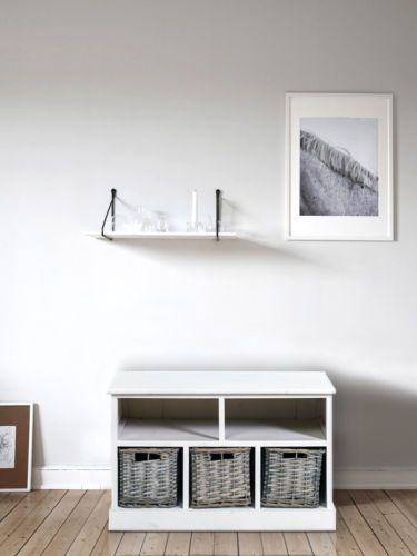 Panca-contenitore-in legno bianco. Con seduta imbottita e tre capienti cestini in vimini.