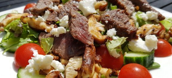 Een lekker koolhydraatarm hoofdgerecht, biefstuksalade met shiitake en feta. Dit is een van de lekkerste salades die ik tot nu toe heb gegeten en hij vulde ook erg goed. De bijzondere kruidige en nootachtige smaak van shiitake gepaard met de romige en pittige smaak van de feta ging perfect samen met de smaak van de biefstuk.