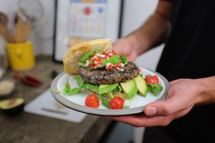 """Lo stile Tex-Mex ci ha sempre incuriositi e se al momento stiamo cercando la ricetta perfetta per proporti degli ottimiTacos """"GNAMBOX""""style, siamo pronti a condividere con te la ricetta di questi burger vegetariani di fagioli neri. Avocado, il giusto mix di spezie ed erbe aromatiche faranno da contorno a questo succulento panino… sei pronto ad …"""