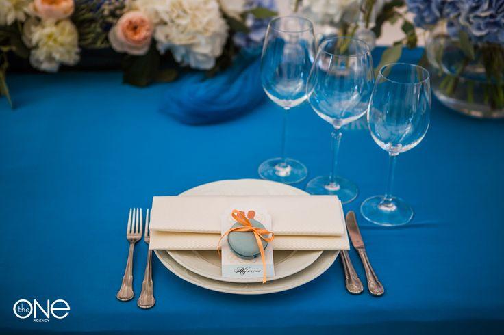 Оформление банкетного стола Rustic woodsy table setting. deep blue wedding colour .