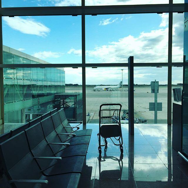 ADIOS BARCELONA Retour à #Bordeaux ✈️ Des vacances dépaysantes et ressourçantes, qui m'ont donné de l'énergie et permis de générer des idées/projets pour l'année ✨#airport #plane #españa #barcelona #holidays #sunday #bluesky #bordelaise #bordeauxmaville #france #blogger #happiness #wanderlust #travel #trip