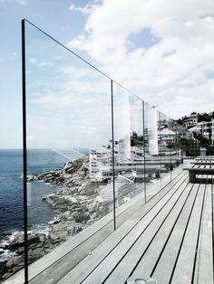 garde corps extérieur, tout verre, terrasse en bois près de la mer